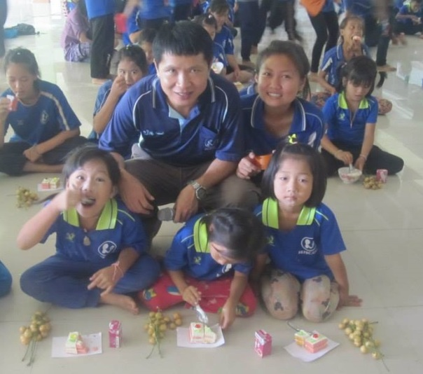 Students enjoying some tasty snacks with Khru Somboon