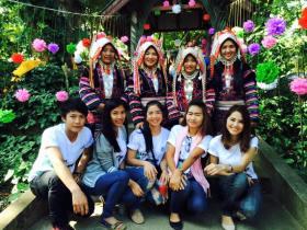 akha women with friends
